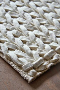 VKW voert een eigen exclusieve collectie vloerkleden onder de naam Home Collection. De Kabel is n van deze exclusieve producten. De Kabel ivoor is een geweven vloerkleed gemaakt van wolvilt. Het is een stoer kleed met een tijdloos design. Het kleed heeft een platte structuur en wordt gemaakt in Europa. Er is mogelijkheid om dit kleed op maat te maken. De Kabel is ook nog beschikbaar in de kleuren antraciet, taupe en lichtgrijs.