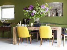 Kräftige Wandfarbe, rustikales Wohnzimmer