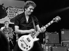 100 Greatest Guitarists: Steve Jones of The Sex Pistols The Ventures, Johnny Rotten, Famous Guitars, Paul Weller, Best Guitarist, Billie Joe Armstrong, Famous Musicians, Music Images, Music Guitar