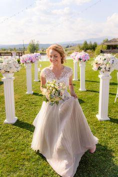 Am inceput cu pregatirile lui Dorin zis si Dodo. Desi locuiesc in Bucuresti, cei doi au ales sa mearga acasa unde sa isi faca nunta. Dodo si-a facut pregatirile acasa alaturi de prieteni si familia lui. Paula a pregatit cateva suprize pentru prietenele ei, in locatia unde avea de gand sa isi faca pregatirile de nunta, la Evenimentul Visat – Complex Ceramus. Da, chiar asa se numeste locatia 🙂  Wedding Flowers  Wedding Bouquet  Buchet Mireasa Wedding Bouquets, Wedding Dresses, Bridesmaid Dresses, Wedding Photography, Inspiration, Fashion, Wedding, Bride Dresses, Bridesmade Dresses