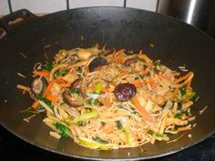 wok med kylling Wok, Spaghetti, Yummy Food, Bruges, Ethnic Recipes, Inspiration, Biblical Inspiration, Delicious Food, Noodle