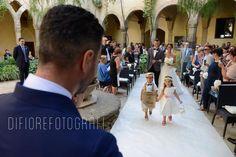 Matrimonio all'aperto. L'arrivo della sposa preceduta dai paggetti.