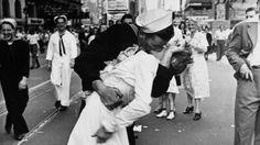 George Mendonsa e Greta Zimmer Friedman dichiararono di essersi baciati in quel luogo e in quel giorno subito dopo pranzo, travolti dall'euforia della