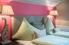 Waldruhe - Bett, Frühstück & ein Lächeln Bed And Breakfast, Purple, Pink, Bed Pillows, Pillow Cases, Decorating Ideas, Rooms, Interiors, Furniture