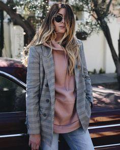Blazer à carreaux + sweat à capuche rose clair : la tendance est aux mixes de styles >> http://www.taaora.fr/blog/post/look-tendance-2017-blazer-carreaux-avec-hoodie-sweat-capuche-rose #look #outfit #ootd #streetstyle