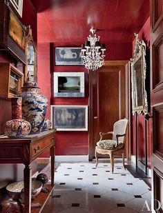Bordeauxrote Wandfarbe, Ein Barock Stuhl, Ein Kronleuchter, Ein Spiegel Mit  Antiken Rahmen,