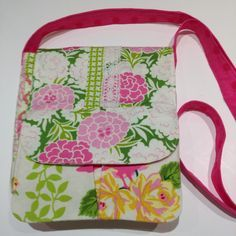 Floral Crossbody Purse - Uses up scraps and get a brand new bag in the process with this Floral Crossbody Purse Pattern for sewing.