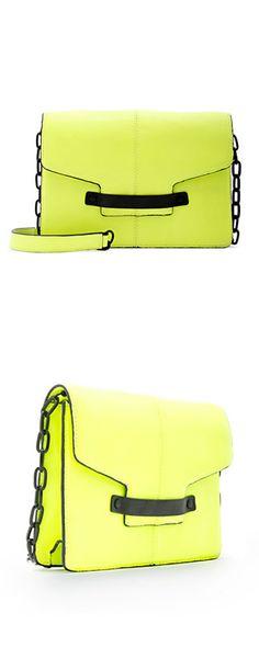 Un bolso de intenso color fluorescente de MANGO para alegrar el día  www.facebook.com/malibuespana