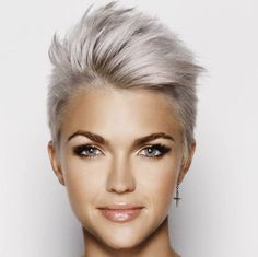 Deze trend is gewoon nog steeds onwijs populair! De grijze haarkleur is niet meer weg te denken en behoud in 2017 nog steeds zijn enorme populariteit! - Kapsels voor haar