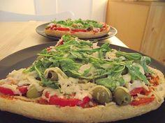 vegane Fladenbrotpizza mit Rucola und Oliven - vegane Rezepte auf Laubfresser