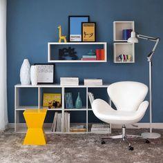 Invista em nichos para criar um espaço de leitura uma luminária e uma poltrona confortável são ótimas combinações #decoration #instadecor #instahome #casa #home #interiordesign #homedesign #homedecor #homesweethome #inspiration #inspiração #inspiring #decorating #decorar #decoracaodeinteriores #Mobly #MoblyBr #luminária #quarto #bedroom #white #blue