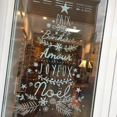I love to paint on the windows, with the Posca it's just too easy. You draw, you delete, you start again. Christmas Doodles, Noel Christmas, Winter Christmas, Christmas Crafts, Christmas Window Decorations, Window Art, Christmas Inspiration, Marie Claire, Images