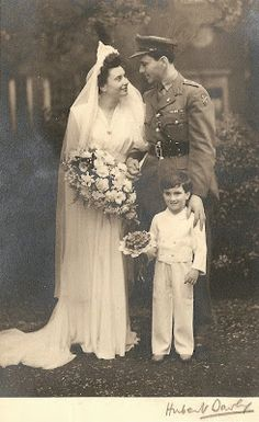 Visit Lillys Lace lillyslace.blogspot.com for this wonderful vintage wedding photo (and many more).