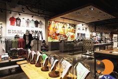 Nike Megastore - Santa Monica/CA: Inaugurada em 2010 a loja conta com 3 andares de experiencia com a marca de sportwear. Visitar a loja conceito da Nike é mais do que a compra de um tênis ou vestuário. Envolve interação, personalização, surpresas com material de grandes esportivas, atendimento personalizado, iluminação diferente, imagens atrativas, display que fogem do comum em outras Nike. A loja é um evento, te envolve e você é capaz de passar um bom tempo por lá como num passeio.