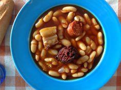 Fabada asturiana. Plato tipico español. Comida   española.