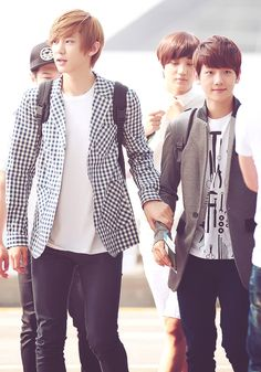 This picture....is so adorable....i could talk about it for days....Eweeeeee!!!!   Chanyeol and Baekhyun <3》