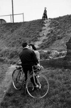 Edouard Boubat-Les Amoureux,Paris,1952. Source: http://gueule-de-loupviolette.tumblr.com