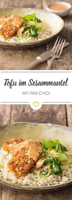 Die feine Schärfe des Tofu im Sriracha-Sesam-Mantel wird durch duftenden Kokosreis leicht abgemildert. Dazu Pak-Choi und Erdnuss-Sauce
