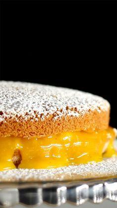 Receita com instruções em vídeo: Bolo de bem casado é uma delícia!  Ingredientes: 450g de açúcar, 225ml de água, 1 colher de sopa de manteiga, 12 gemas peneiradas, 4 ovos, 1 xícara de açúcar, ¼ xícara de óleo, 1 xícara de farinha de trigo, 1 pitada de sal, ½ xícara de água fervente, ½ colher de chá de essência de baunilha, 1 ½ colher de chá de fermento químico, Açúcar de confeiteiro para decorar