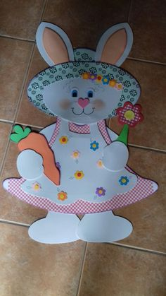 Pascoa Map Crafts, Diy Arts And Crafts, Hobbies And Crafts, Felt Crafts, School Board Decoration, School Decorations, Bunny Crafts, Easter Crafts For Kids, Happy Easter