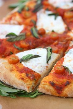 Easy Margherita Pizza | http://www.thekitchenpaper.com/easy-margherita-pizza/