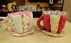 Con retazos de tela de 40 cm se pueden crear hermosuras como estas tazas de tela que pueder utilizarse como souvenirs, para regalar en Navidad, para el dia de la madre, etc. con chocolates, con saquitos de té, etc.