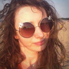 A na plaży złote tatuaże i złote okulary. Spoglądam na Was spod palm :) #plaża #lato #wakacje #blogerka #sesjazdjęciowa #sunglasses #metalictattoo