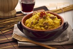 Il risotto alla salsiccia è un primo piatto prelibato a base di salsiccia e di zafferano.