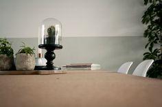 """Nieuwe lambrisering in de kleur """"Zee"""" van Histor. Kurken tafel van IKEA Sinnerlig."""