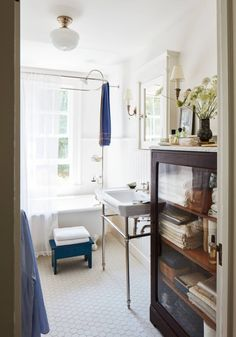 Modern Home Decor a classic connecticut cottage in white and wood-bath-coco kelley-house-tour.Modern Home Decor a classic connecticut cottage in white and wood-bath-coco kelley-house-tour Bathroom Interior Design, Home Interior, Modern Interior Design, Interior Decorating, Decorating Ideas, Bathroom Styling, Bathroom Designs, Luxury Interior, Decor Ideas