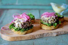 We share a recipe for a healthy alternative to burgers, the quinoa burger. Chickpea Burger, Quinoa Burgers, Vegan Burgers, Gluten Free Baking, Gluten Free Recipes, Vegan Recipes, Burger Buns, Quick Meals, So Little Time