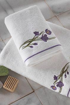 Kvalitné froté osušky a uteráky BLOSSOM sú vyrobené zo 100% česanej bavlny. Prekrásny kvetinový motív vyšitý vo farbe lila na bielom podklade vám okamžite padne do oka