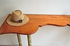 Tisch aus Bauernbett-Seitenteil (table made from farmhouse bed side). I prefer it still attached to the bed ;)