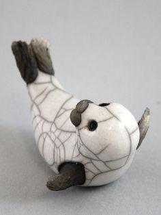Bébé phoque sur dos poterie céramique raku fait par TamarValleyArt