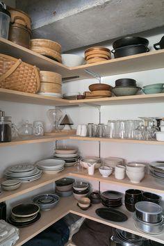 棚の裏側がパントリーになっている。「とても使いやすく気に入っています。食器は気に入ったものを厳選して置いています」 Shed Interior, Wood Furniture, Shoe Rack, Pantry, Sweet Home, Kitchen Appliances, Storage, Room, House