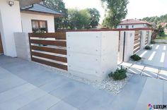 Przeglądaj zdjęcia z kategorii: nowoczesne Domy, Ogrodzenie z betonu architektonicznego. Znajdź najlepsze pomysły i inspiracje dla Twojego domu. House Fence Design, Front Yard Design, Front Yard Fence, Backyard Patio Designs, Backyard Fences, Garden Entrance, Garden Gates, Contener House, Home Fencing