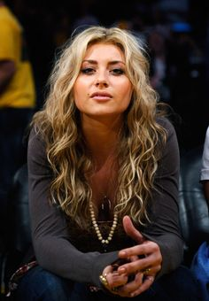 Aly michalka is soo gorgeous! she knows it too bc she followed me on twitter LMAO!!