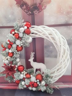 Christmas Tree Red And Silver, Silver Christmas Decorations, Flocked Christmas Trees, Christmas Centerpieces, Christmas Themes, Christmas Pjs, White Christmas, Christmas Crafts, Christmas Bathroom Decor