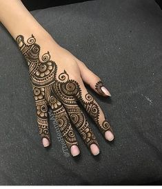 Mehndi design makes hand beautiful and fabulous. Here, you will see awesome and Simple Mehndi Designs For Hands. Henna Tattoo Hand, Hand Mehndi, Henna Tattoo Designs, Finger Henna Designs, Mehndi Designs For Fingers, Henna Tattoos, Mandala Tattoo, Eid Henna, Paisley Tattoos
