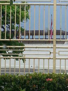 Banderas en el Escambron. No se encontraban derechas.