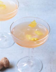 Cocktail champagne et pamplemousse rose Cocktails Champagne, Alcoholic Punch, Recipe For Teens, Sunday Roast, Exotic Fruit, Quick Recipes, Clean Eating Snacks, Punch Bowls, Buffet