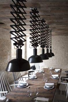 foorni.pl | Restauracja Höst w Kopehadze – stylu skandynawski, drewniany sufit, czarna lampa przemysłowa na wysięgniku, duży drewniany stół, białe krzesła