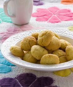 Τραγανά και εύκολα κουλουράκια με ελαιόλαδο και άρωμα πορτοκαλιού για να κεράσουμε με τον καφέ. Κατάλληλα και για τη νηστεία.