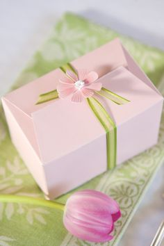 Everyone likes a take-home gift. Select packaging that coordinates with the table setting, both in color and in theme.