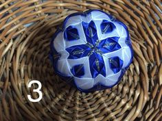 Dekorácie - vianočné patchworkové gule modro-biele so starozlatou - 7148695_