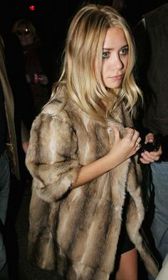 Ashley Olsen Simple Chic In Fur Coat Wavy Hair Beauty Little Black Dress Mini Silver Rings Ashley Olsen, Kate Olsen, Looks Chic, Looks Style, My Style, Hair Style, Fur Fashion, Look Fashion, Olsen Fashion
