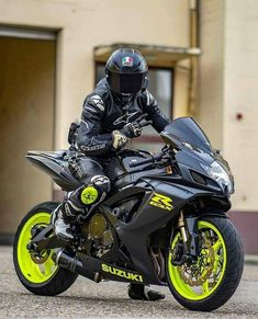 Cool Motorcycle Helmets, Futuristic Motorcycle, Suzuki Motorcycle, Moto Bike, Racing Motorcycles, Motorcycle Outfit, Sportster Cafe Racer, Bobber, Motos Kawasaki