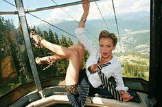 linda modelo Lindsay Hancock fotografada por Chaz Bautzer alpes canadenses gondola teleferico ensaio pin-up femme fatale loira