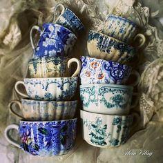 lovely old cups Vintage Dishes, Vintage China, Objets Antiques, Café Chocolate, My Cup Of Tea, Deco Table, China Porcelain, Tea Set, Tea Time