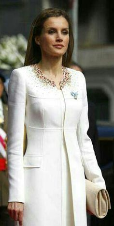 Queen Letizia is present as her husband receives his title as the new King of Spain and Letizia is his Queen. According to Spain's S Moda Fashion Magazine, everything Letizia is pictured as wearing sells out within hours! Princess Letizia, Queen Letizia, Hollywood Fashion, Royal Fashion, Coat Dress, Dress Up, Mein Style, Jackett, Ivory Dresses